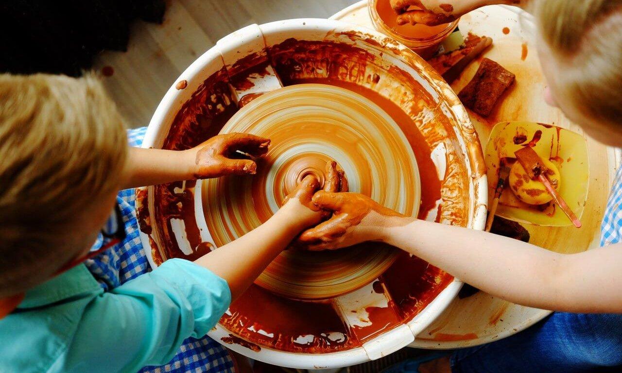 дети за гончарным кругом