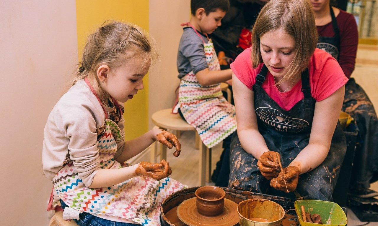 дети в гончарной студии